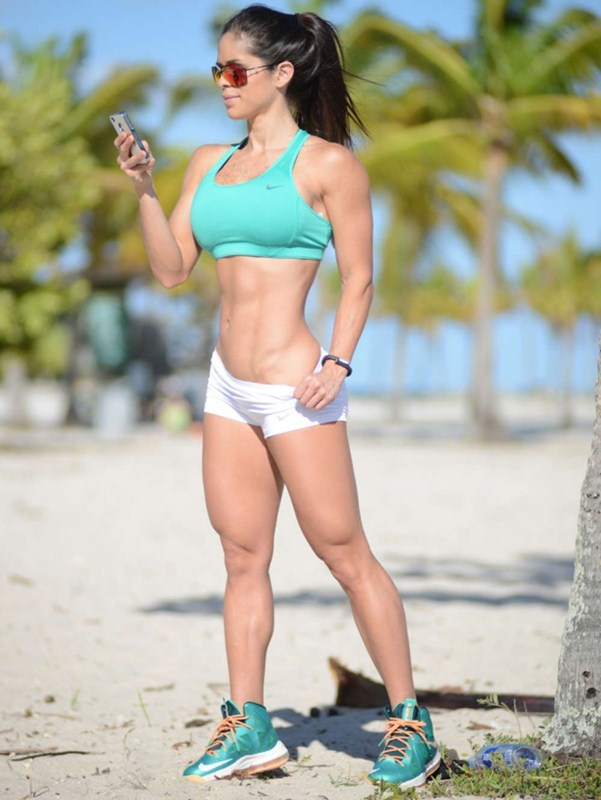 Michelle-Lewin-white-shorts-workout-park-kanoni-6
