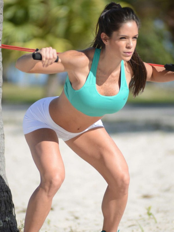 Michelle-Lewin-white-shorts-workout-park-kanoni-7