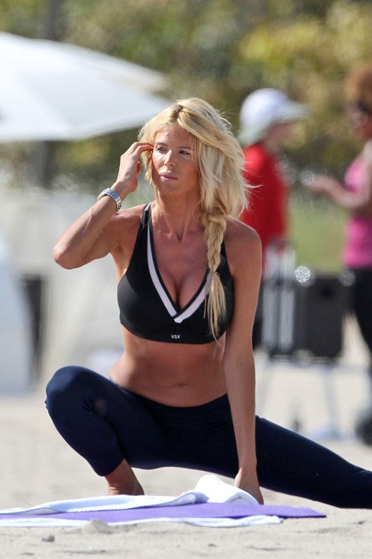 Swedish model Victoria Silvstedt goes makeup-free for some early morning beachside yoga
