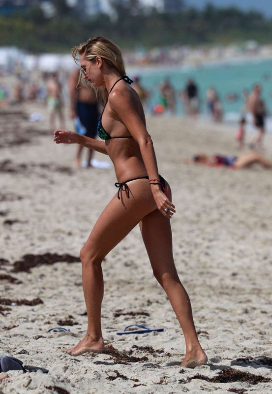 Lauren-Stoner-in-Bikini-in-Miami-Beach-Kanoni-3