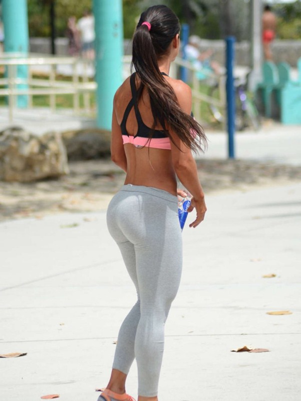 Michelle-Lewin-in-Grey-Yoga-Pants-Workout-Miami-Kanoni-1