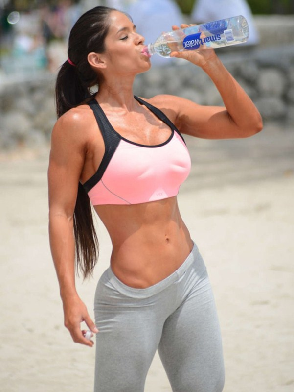 Michelle-Lewin-in-Grey-Yoga-Pants-Workout-Miami-Kanoni-2