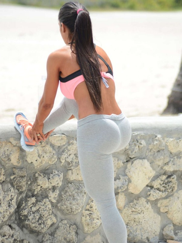 Michelle-Lewin-in-Grey-Yoga-Pants-Workout-Miami-Kanoni-3
