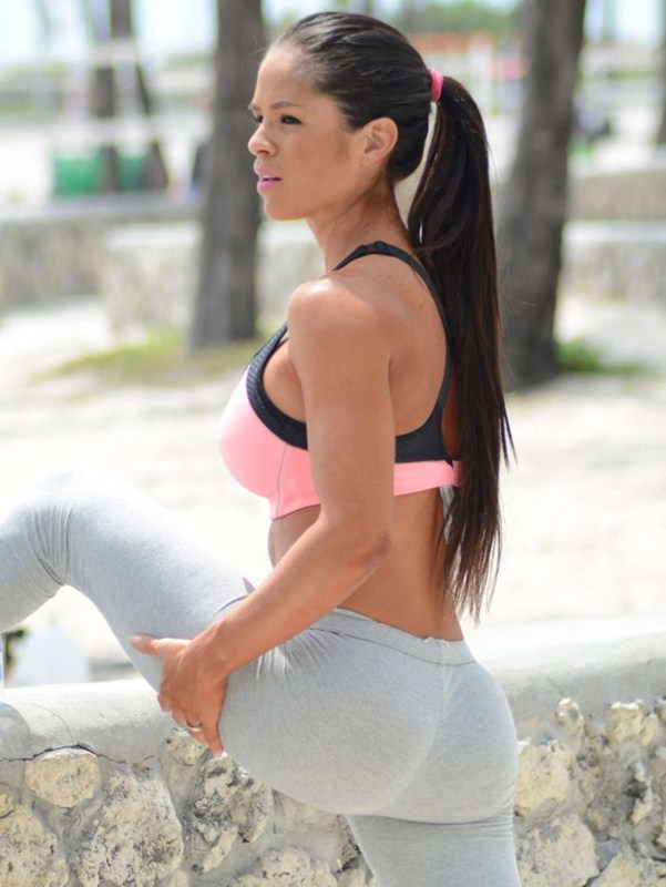 Michelle-Lewin-in-Grey-Yoga-Pants-Workout-Miami-Kanoni-4