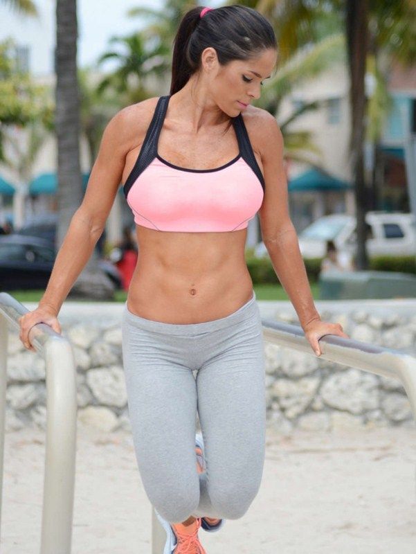 Michelle-Lewin-in-Grey-Yoga-Pants-Workout-Miami-Kanoni-5