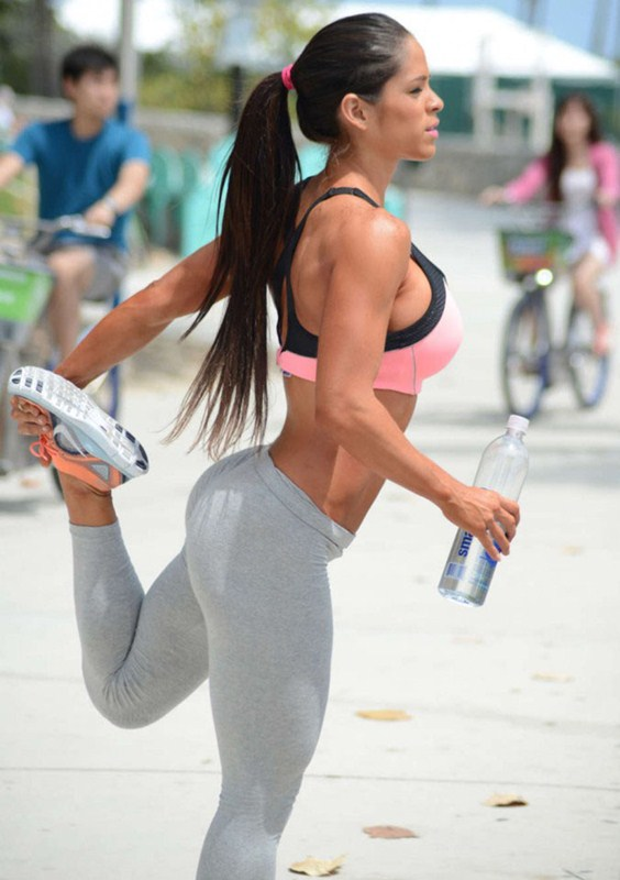 Michelle-Lewin-in-Grey-Yoga-Pants-Workout-Miami-Kanoni-6