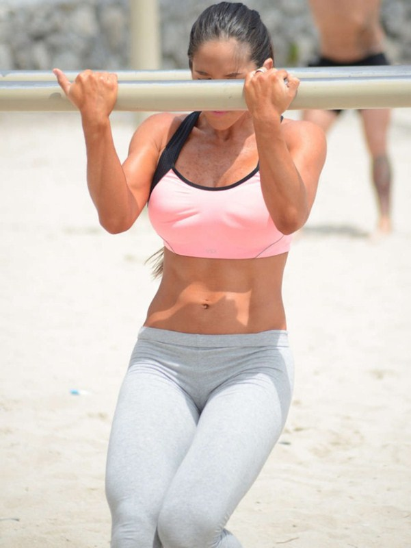 Michelle-Lewin-in-Grey-Yoga-Pants-Workout-Miami-Kanoni-7