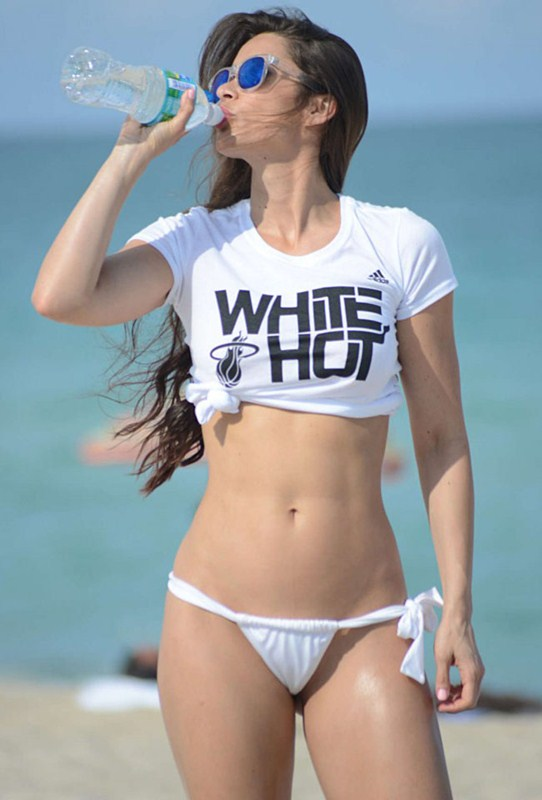 Anais-Zanotti-White-Hot-Bikini-in-Miami-Kanoni-1