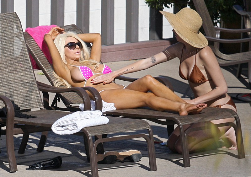 Courtney Stodden spotted getting close with a girlfriend whilst laying poolside in Los Angeles.