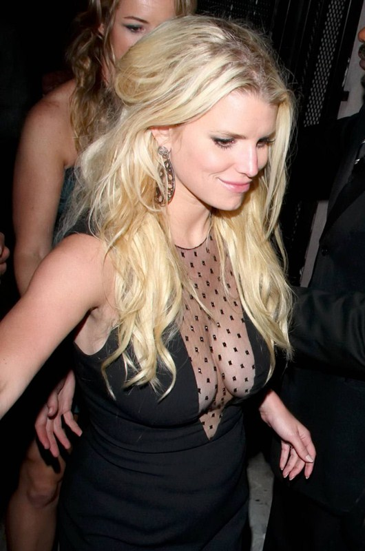 Jessica_Simpson_Cleavage_Candids_night_out_hollywood_kanoni_8