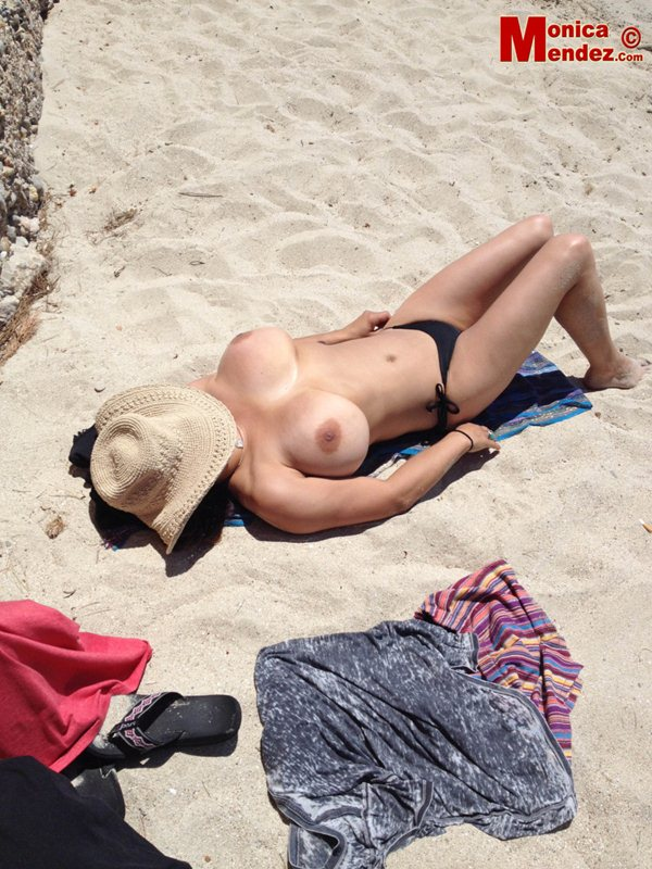 Monica-Mendez-topless-vacation-spain-kanoni-6