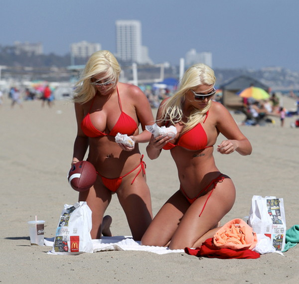 Shannon-Twins-Red-Bikinis-Malibu-Beach-Kanoni-1