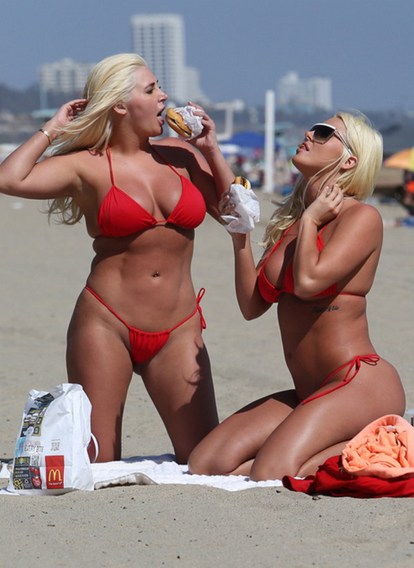 Shannon-Twins-Red-Bikinis-Malibu-Beach-Kanoni-2