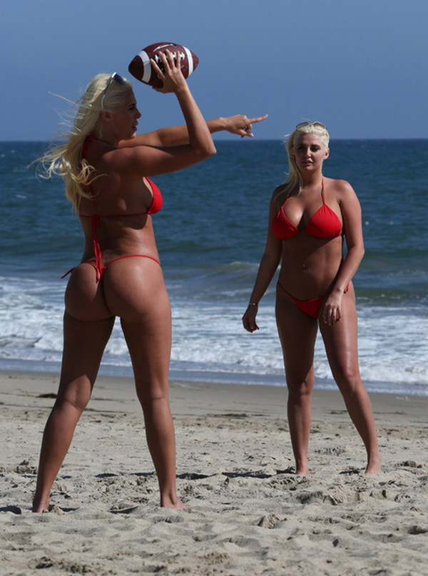 Shannon-Twins-Red-Bikinis-Malibu-Beach-Kanoni-4