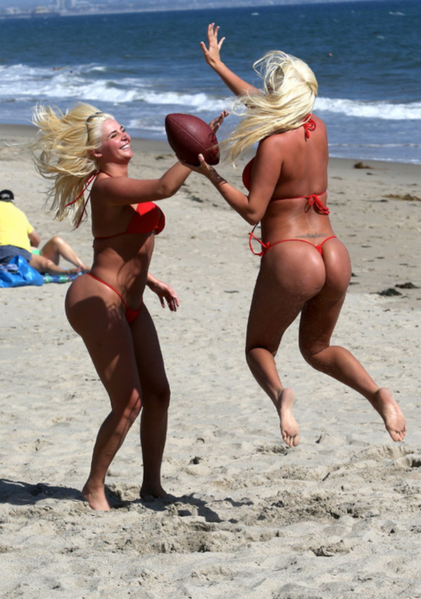 Shannon-Twins-Red-Bikinis-Malibu-Beach-Kanoni-5