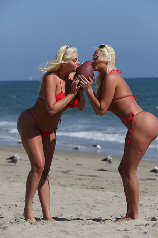 Shannon-Twins-Red-Bikinis-Malibu-Beach-Kanoni-6
