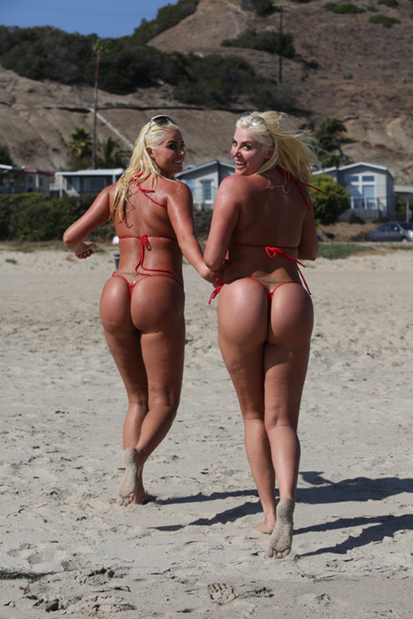 Shannon-Twins-Red-Bikinis-Malibu-Beach-Kanoni-9