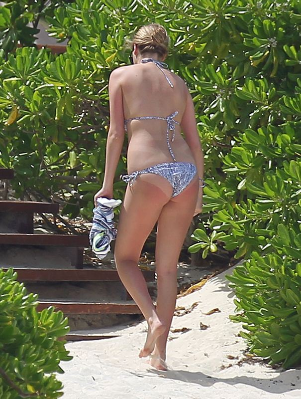 Kate-Upton-Bikini-Vacations-Mexico-Kanoni-2