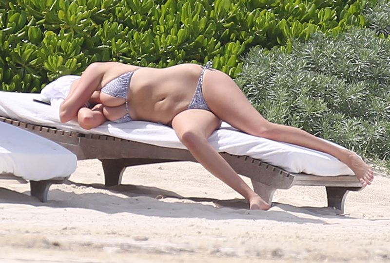 Kate-Upton-Bikini-Vacations-Mexico-Kanoni-7