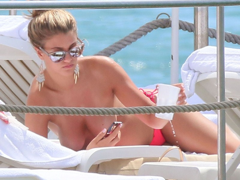 amy-willerton-topless-yacht-cannes-kanoni-4