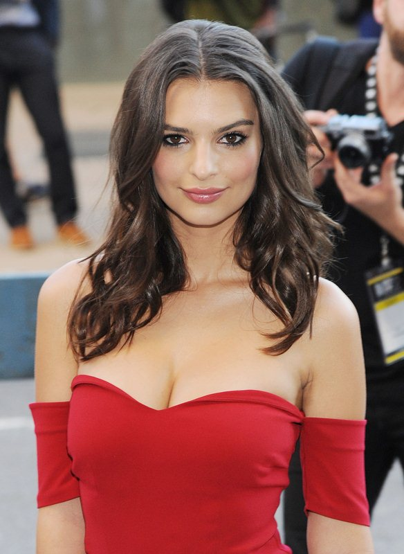 Emily-Ratajkowski-cleavage-Gone-Girl-premiere-New-York-Kanoni-2