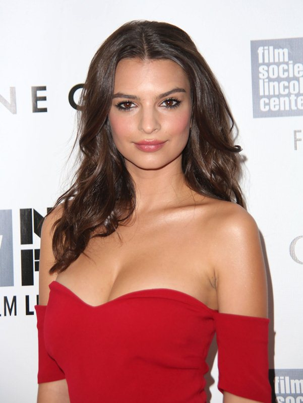 Emily-Ratajkowski-cleavage-Gone-Girl-premiere-New-York-Kanoni-7