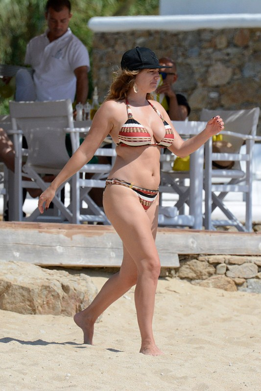 Kelly-Brook-Bikini-Elia-Beach-Mykonos-Kanoni-10