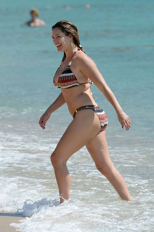 Kelly-Brook-Bikini-Elia-Beach-Mykonos-Kanoni-4
