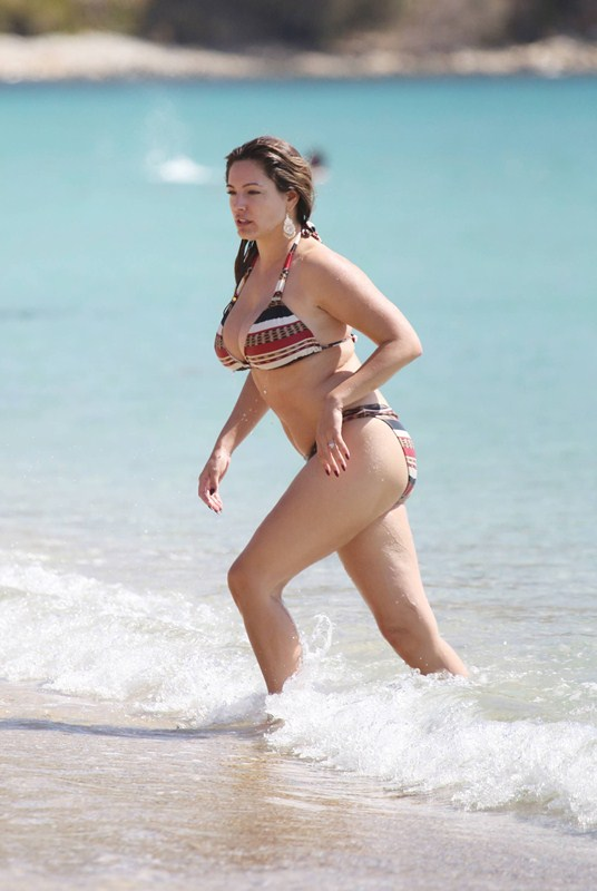 Kelly-Brook-Bikini-Elia-Beach-Mykonos-Kanoni-5