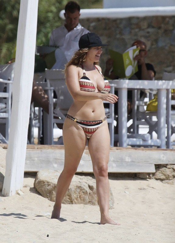 Kelly-Brook-Bikini-Elia-Beach-Mykonos-Kanoni-6