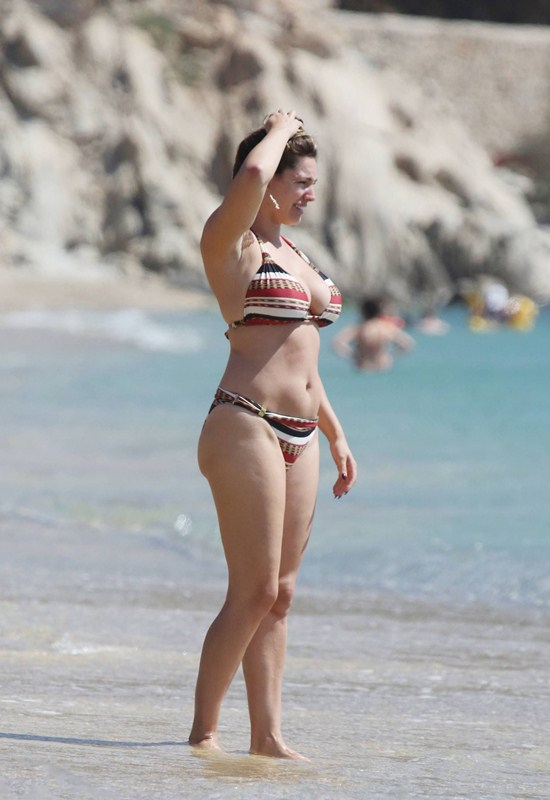 Kelly-Brook-Bikini-Elia-Beach-Mykonos-Kanoni-7