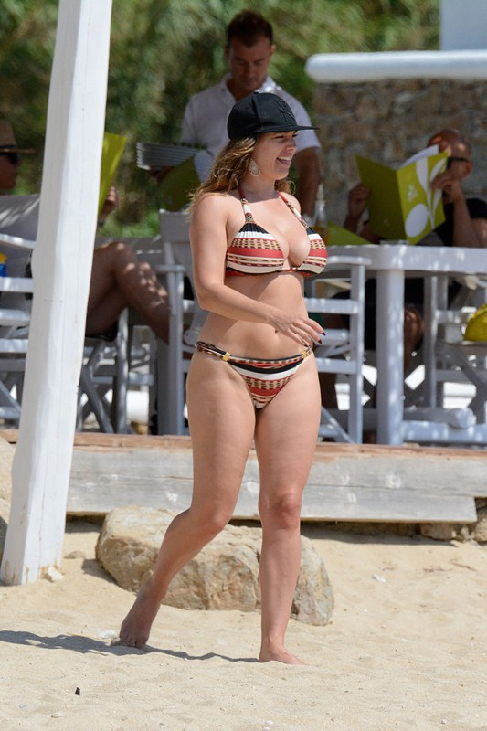 Kelly-Brook-Bikini-Elia-Beach-Mykonos-Kanoni-9