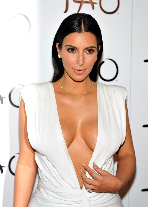 Kim-Kardashian-cleavage-birthday-party-Tao-Nightclub-Vegas-Kanoni-2