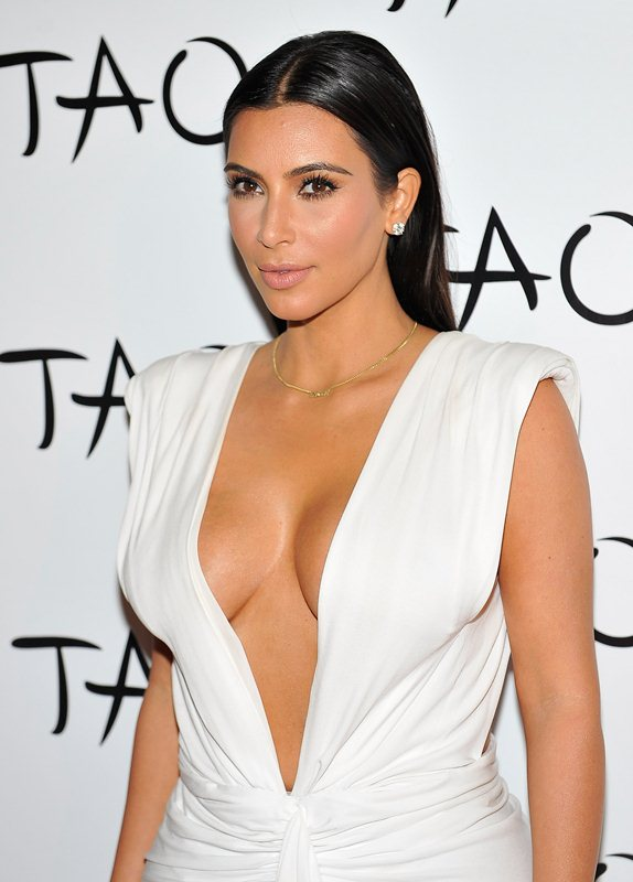 Kim-Kardashian-cleavage-birthday-party-Tao-Nightclub-Vegas-Kanoni-5