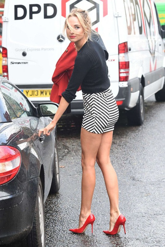 Kimberley-Garner-in-Tight-Mini-Skirt-out-about-chelsea-kanoni-3