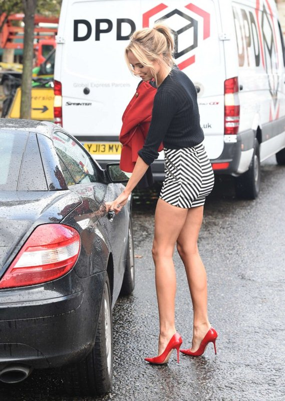 Kimberley-Garner-in-Tight-Mini-Skirt-out-about-chelsea-kanoni-5