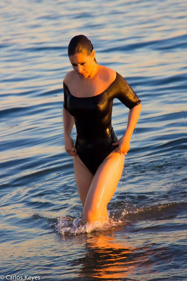 Nana-Gouvea-Black-Swimsuit-New-York-Beach-Kanoni-10