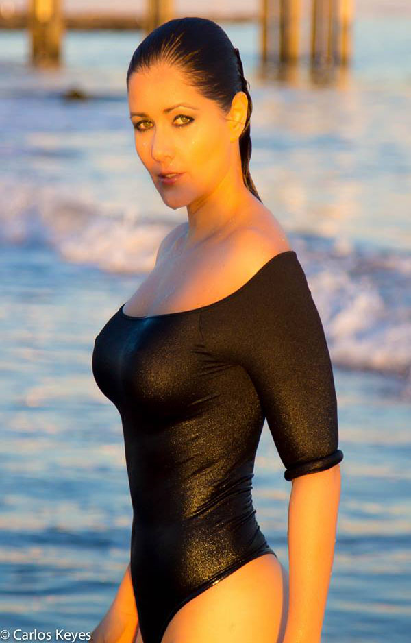 Nana-Gouvea-Black-Swimsuit-New-York-Beach-Kanoni-3