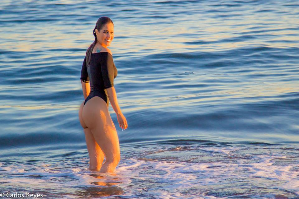 Nana-Gouvea-Black-Swimsuit-New-York-Beach-Kanoni-8