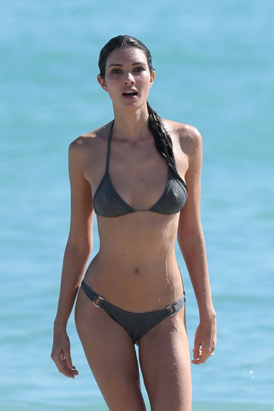teresa-moore-in-bikini-at-a-beach-in-miami-kanoni-1