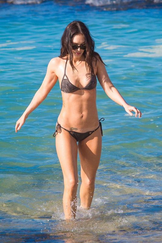 Megan-Fox-in-Bikini-Hawaii-Kanoni-1