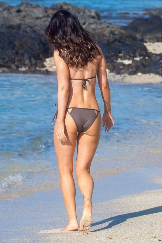 Megan-Fox-in-Bikini-Hawaii-Kanoni-2