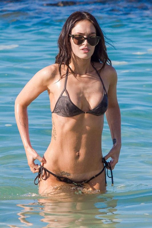 Megan-Fox-in-Bikini-Hawaii-Kanoni-4