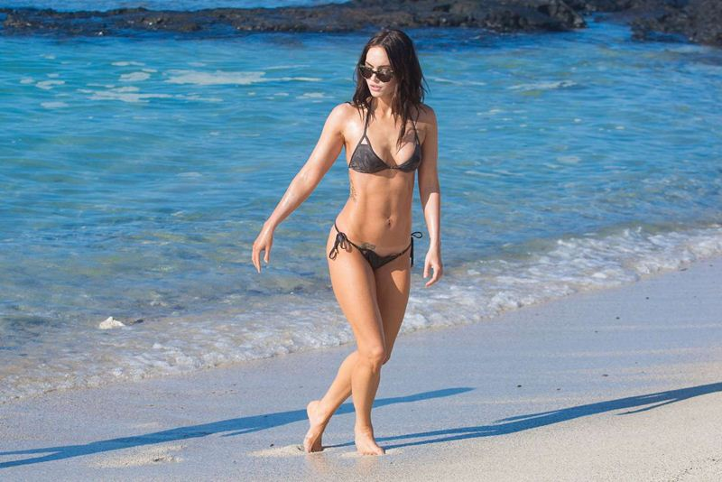 Megan-Fox-in-Bikini-Hawaii-Kanoni-6