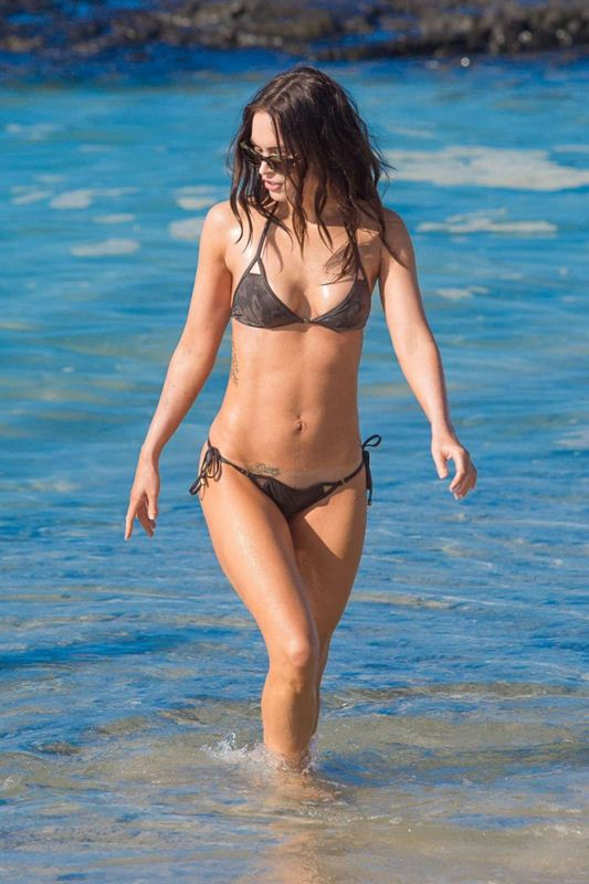 Megan-Fox-in-Bikini-Hawaii-Kanoni-7