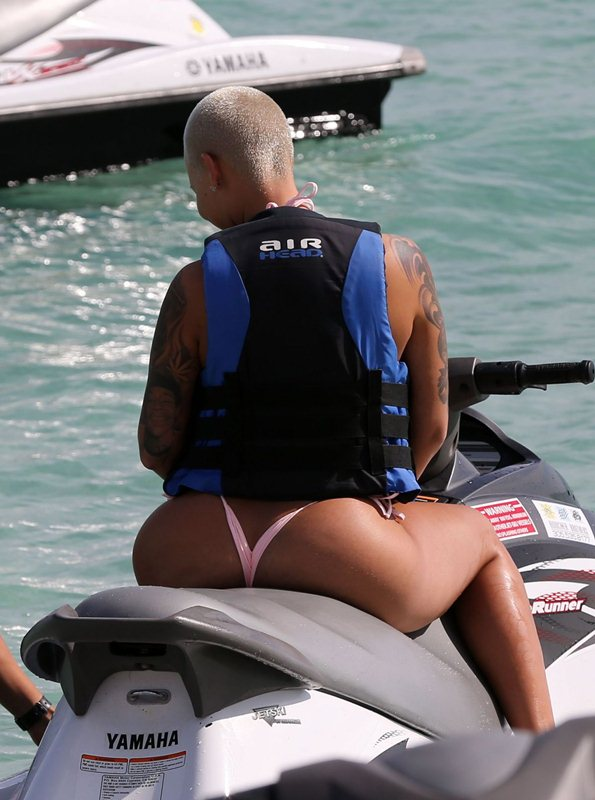amber-rose-jet-skiing-in-bikini-at-a-beach-in-miami-kanoni-3