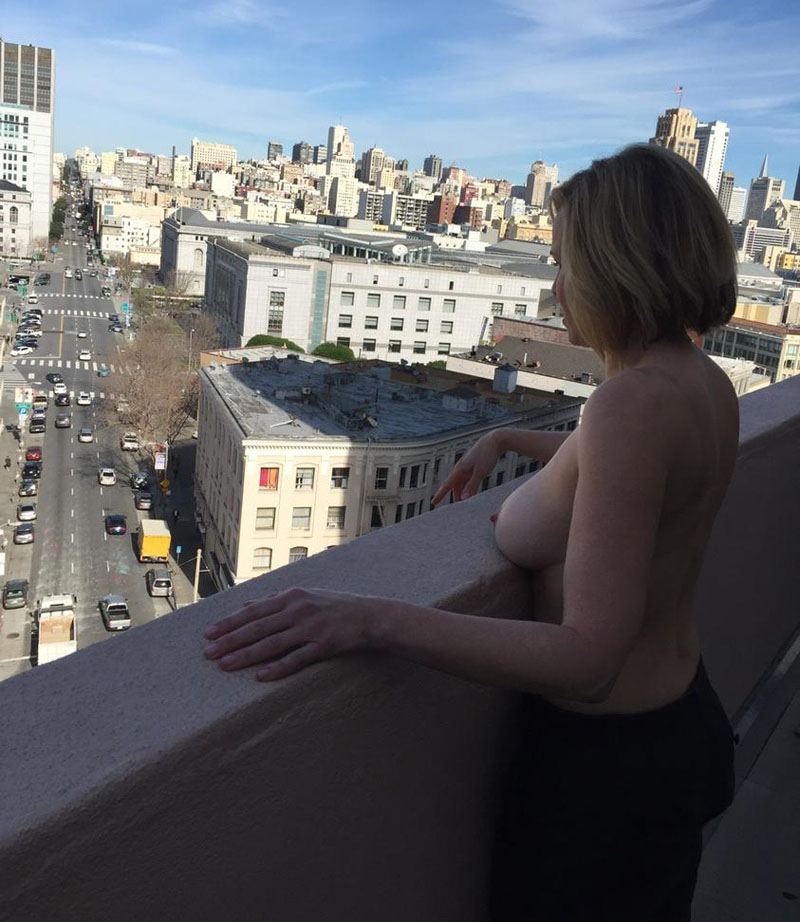 chelsea-handler-boobs-balcony-kanoni