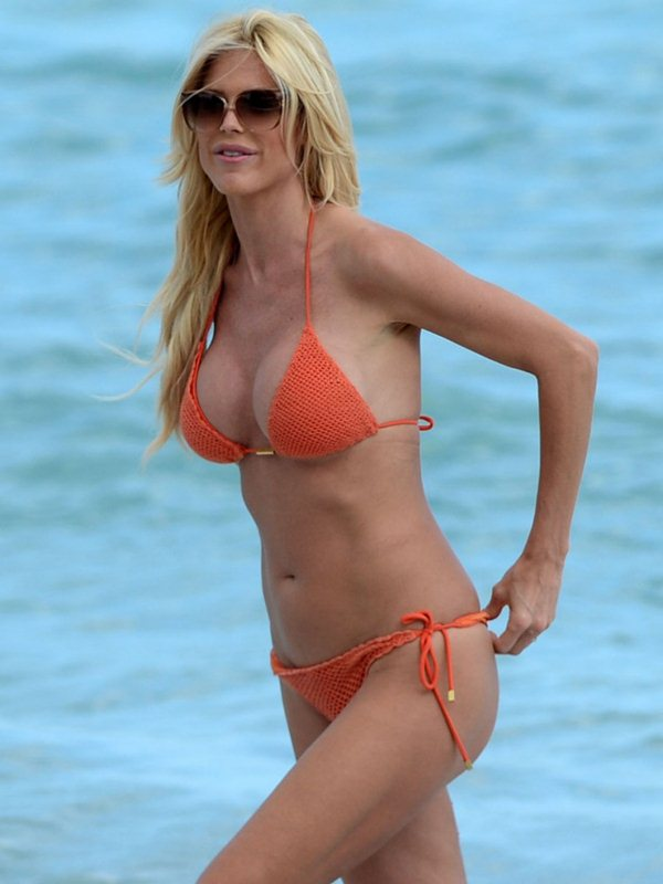 victoria-silvstedt-bikini-orange-beach-kanoni-1
