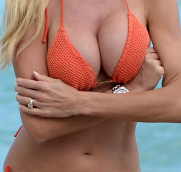 victoria-silvstedt-bikini-orange-beach-kanoni-10