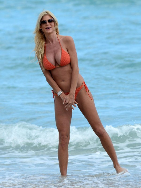 victoria-silvstedt-bikini-orange-beach-kanoni-2